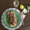 Tiborna de Bacalhau Assado com Pasta de Grão e Cebola Roxa Confitada